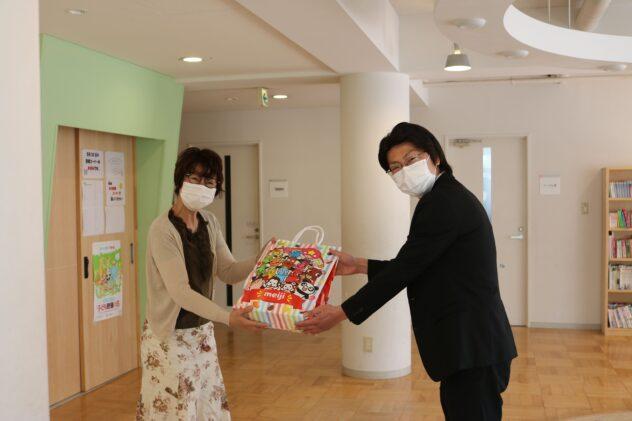 児童養護施設へお菓子の詰合せを贈呈いたしました